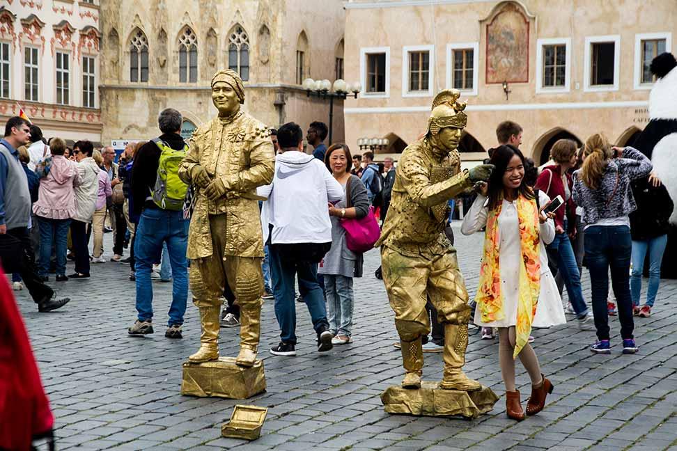 Estatuas vivientes en la Plaza Vieja de Praga
