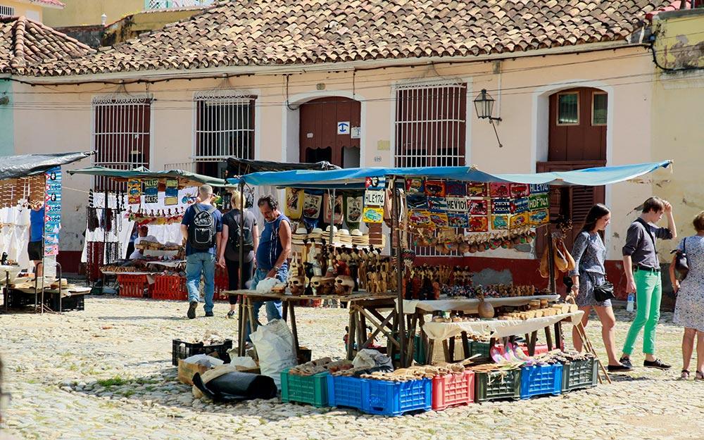 mercadillo artesania cubana en trinidad