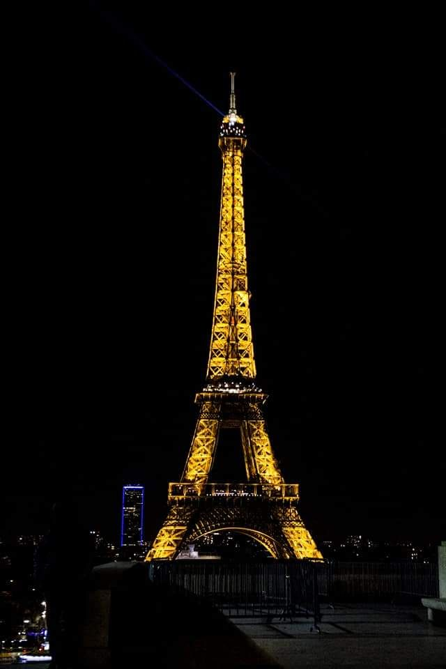 la torre eiffel ilumindad de noche