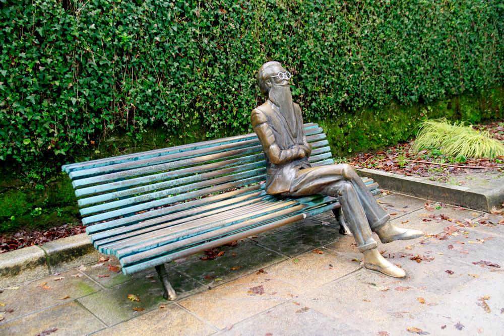 estatua-poeta-gallego.en-la-alameda-de-santiago