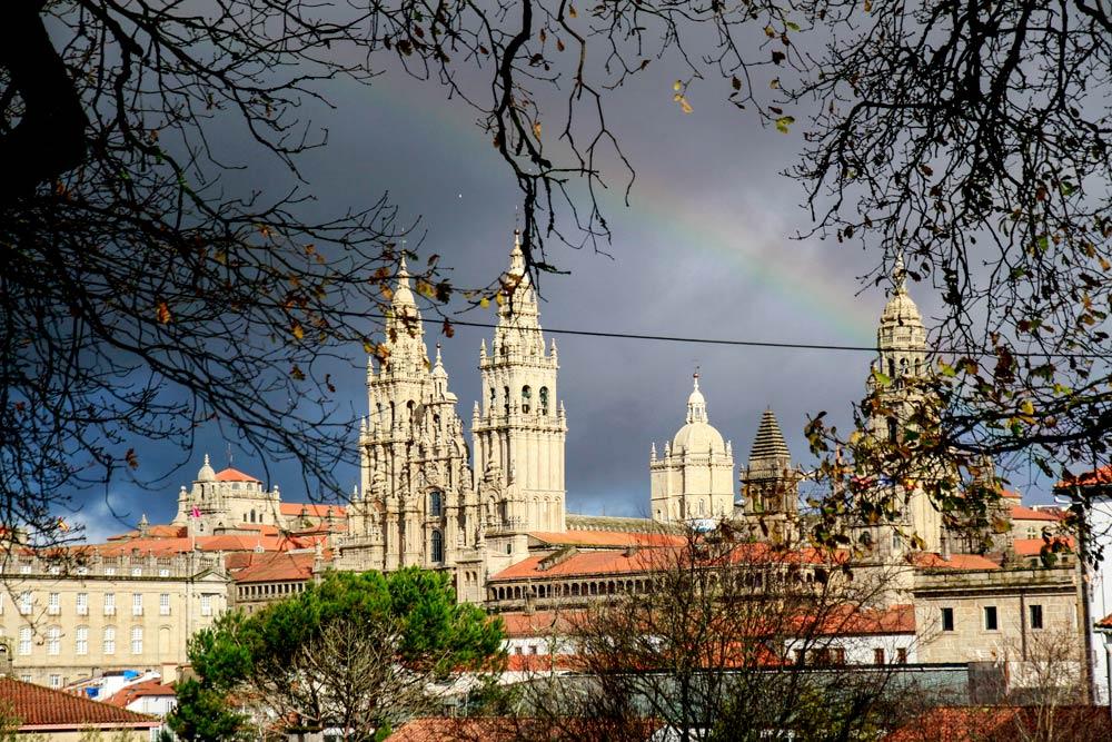 la-catedral-de-santiago-de-compostela-con-arcoiris