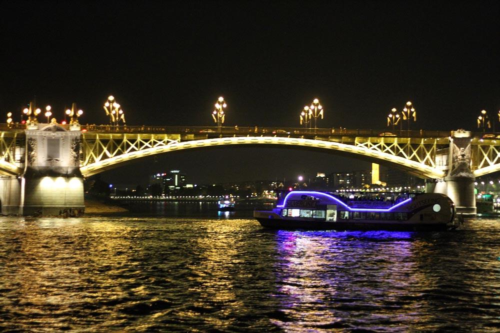 barcos-navegando-de-noche-por-el-danubio