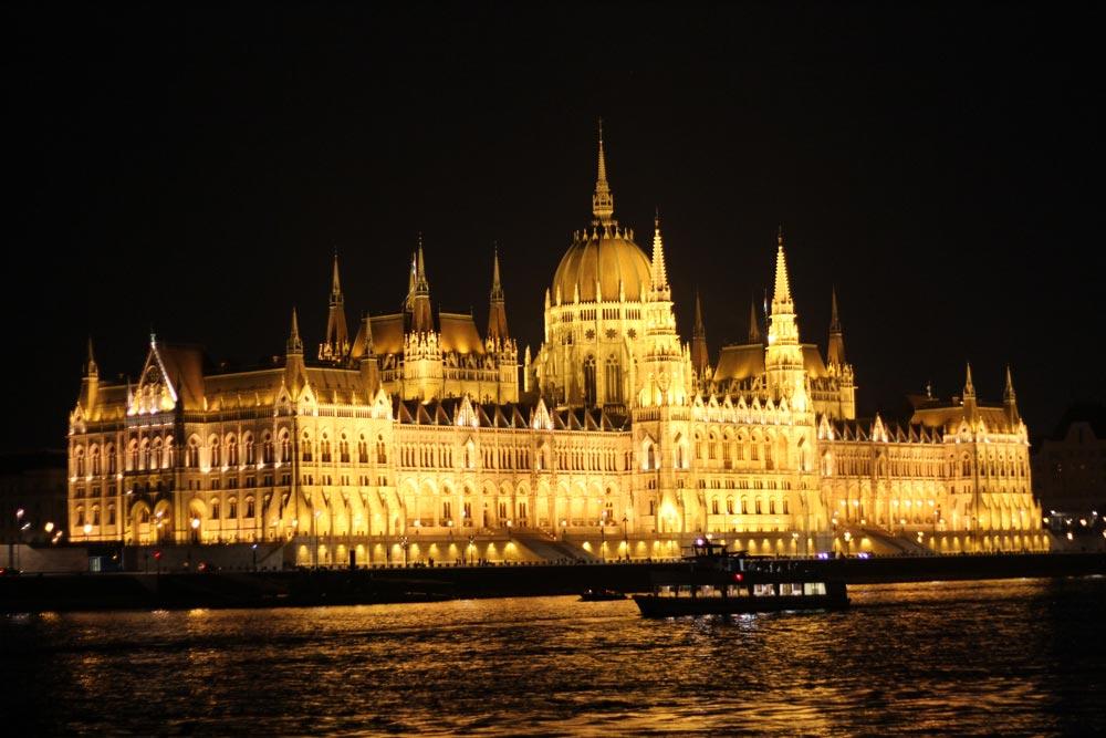 el-parlamento-de-budapest-iluminado