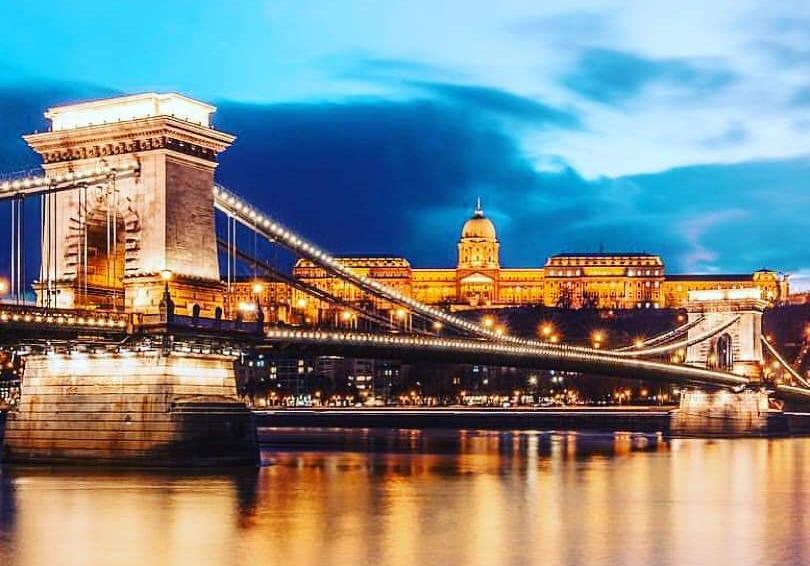 El Puente de las Cadenas iluminado