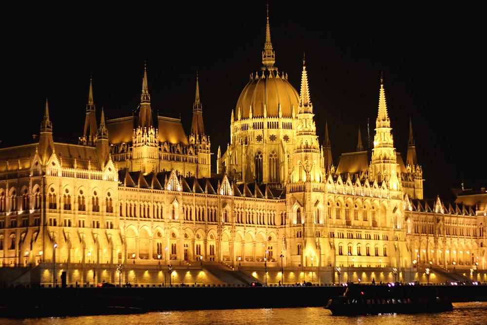 El Parlamento de Budapest iluminado de noche.