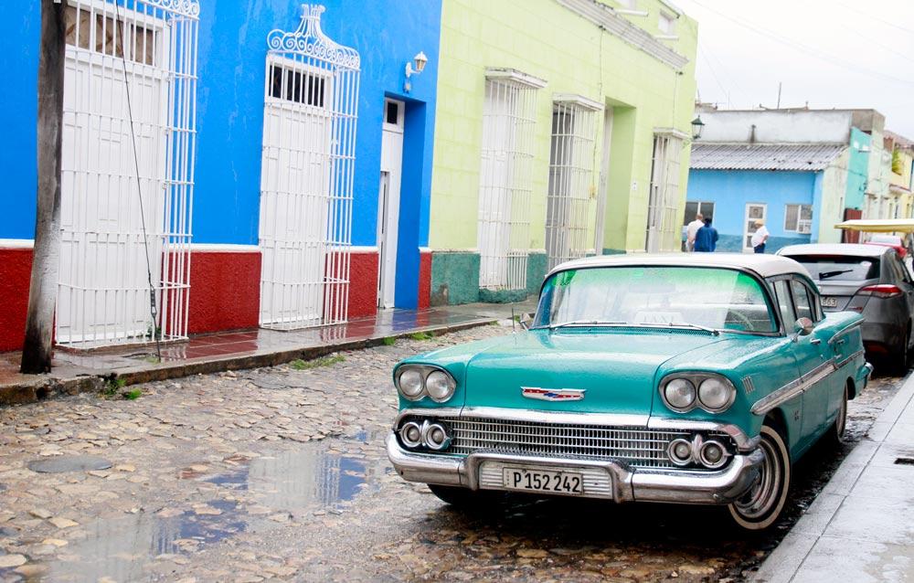 coche-antiguo-convertido-en-taxien-trinidad-cuba