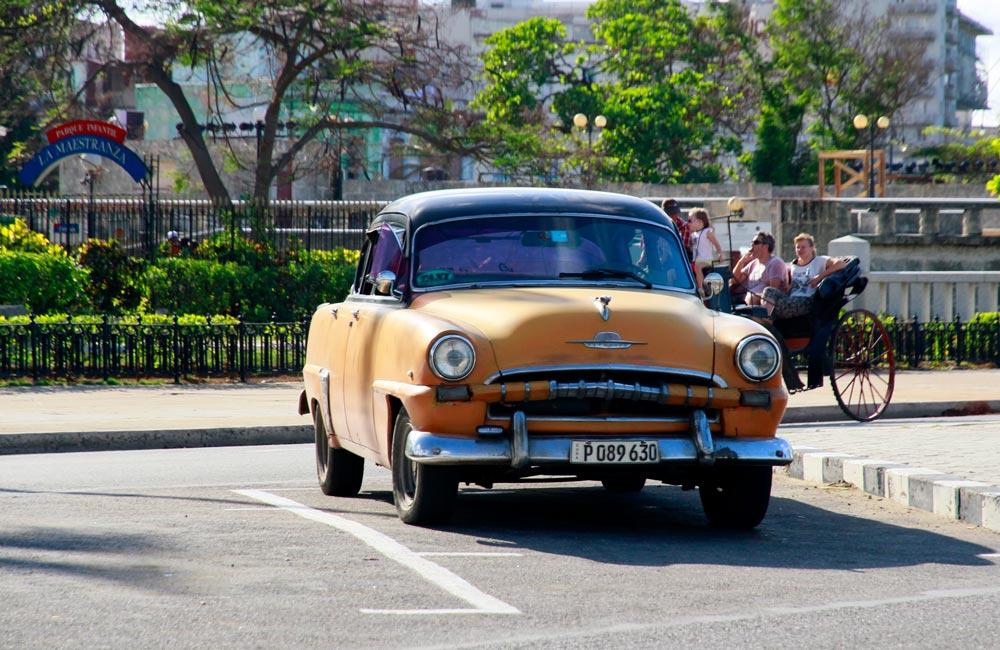 coche-antiguo-naranja-cuba