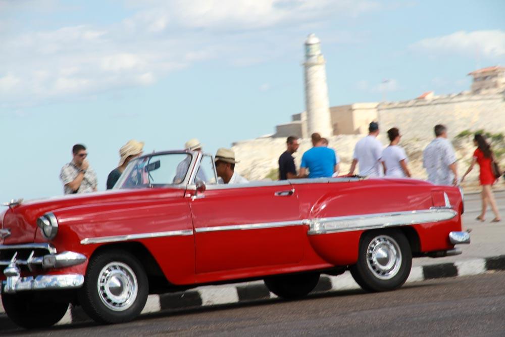 coche-antiguo-rojo-en-cuba