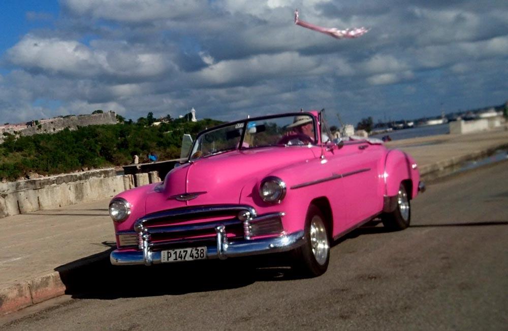 coche-antiguo-rosa-malecon-habana