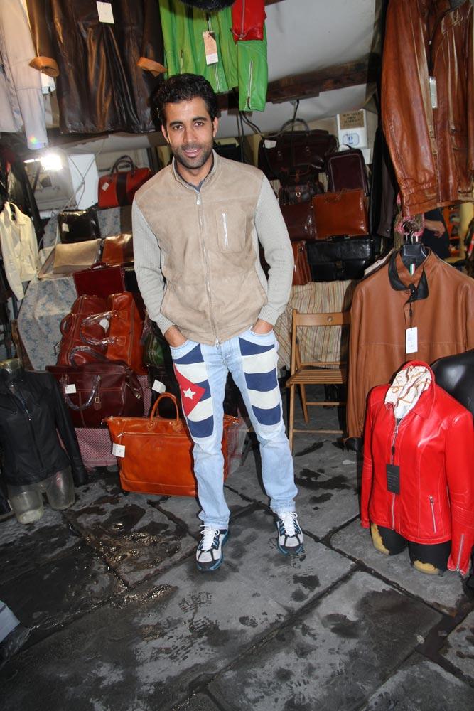 vendedor-italiano-con-vaqueros-de-bandera-cubana