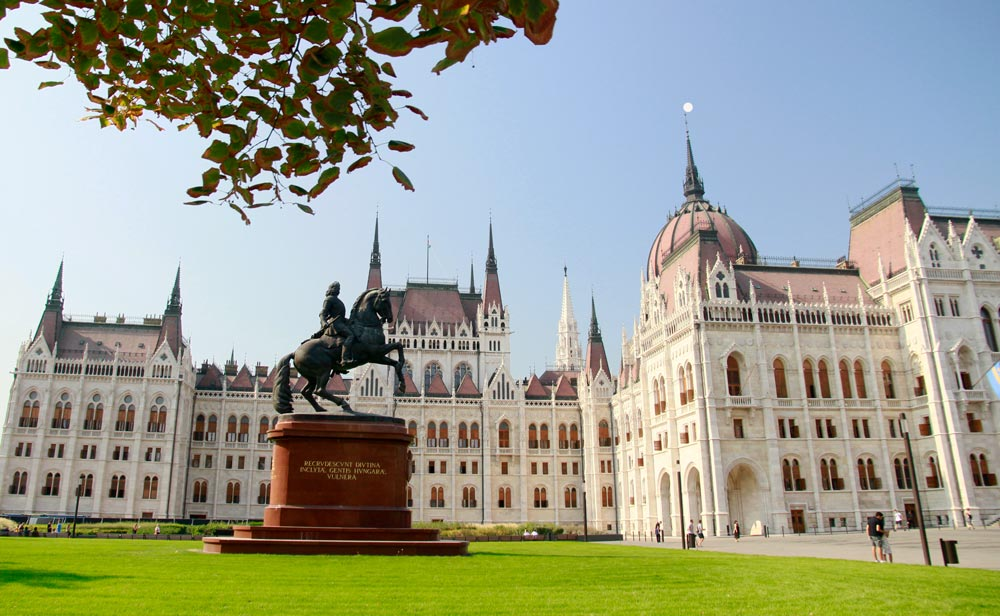 estatua-del-parlamento-de-budapest