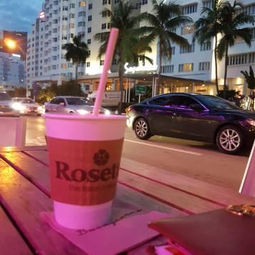 Un café en el Rosetta Bakery de Miami Beach.