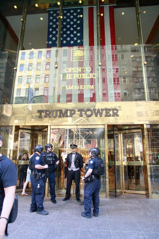 policia-en-la-torre-de-trump